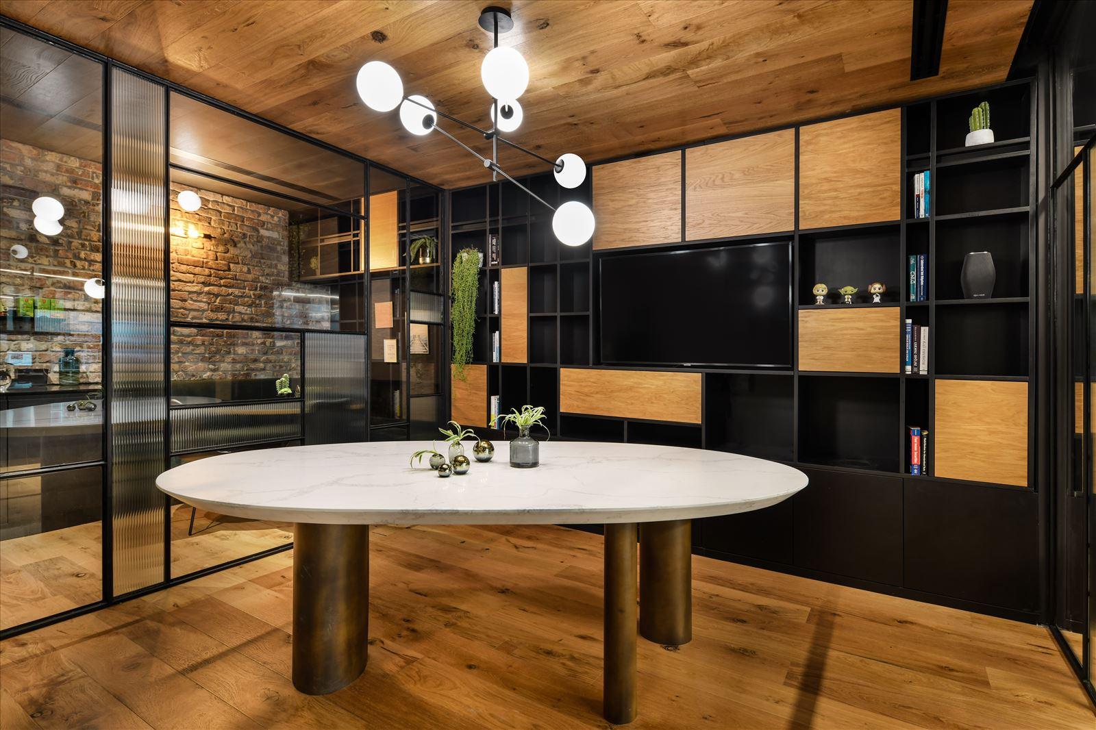 Arbitrage office עיצוב של גוף תאורה המאיר על חלל החדר נעשה על ידי דורי קמחי