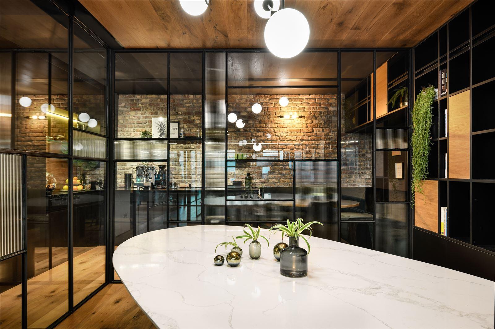 Arbitrage office גוף תאורה גדול מעל שולחן הישיבות בחדר נעשה על ידי דורי קמחי
