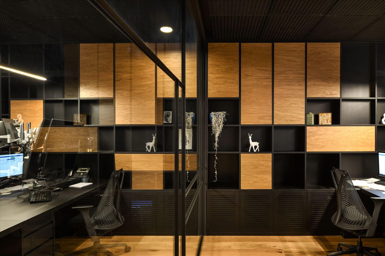 Arbitrage office גוף תאורה מעל שולחן העובדה בתכנון דורי קמחי