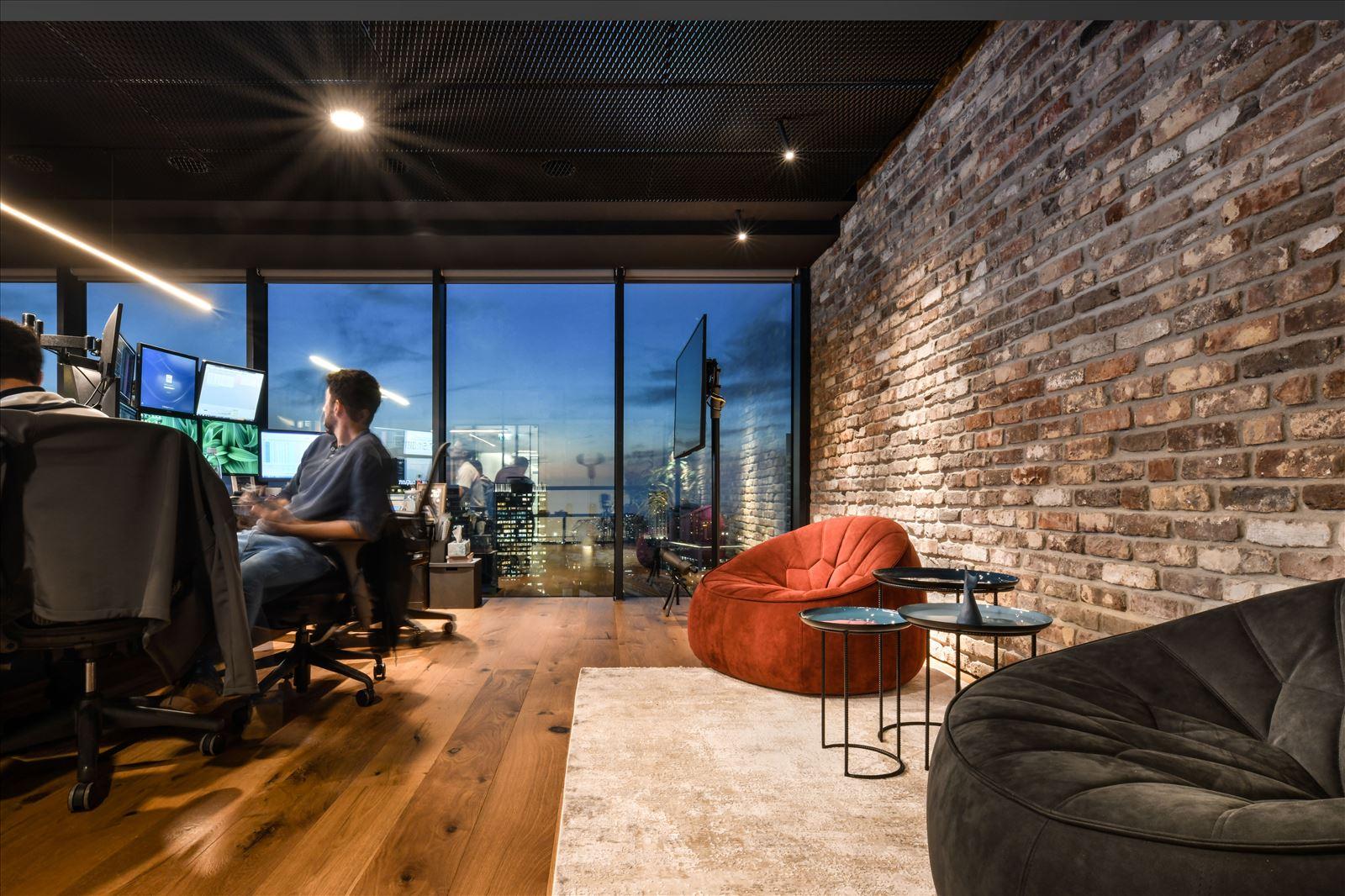 Arbitrage office תקרת המשרד בשלל גופי תאורה בעיצובו של דורי קמחי