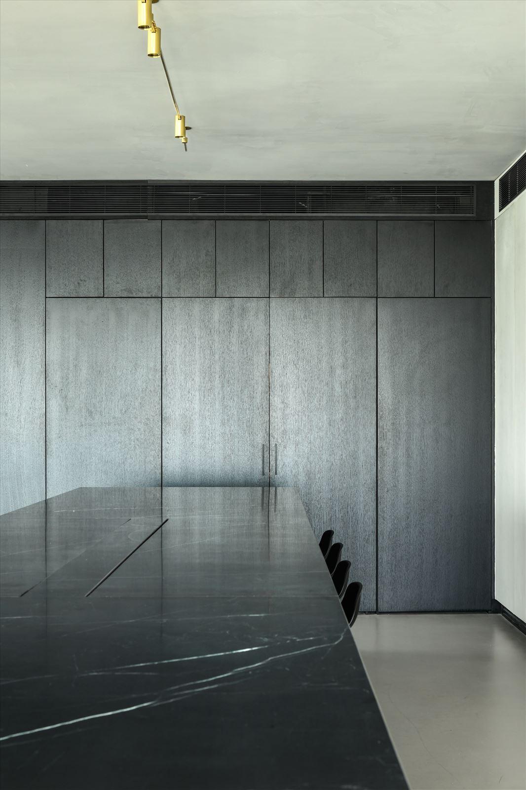 Divident office עיצוב מיוחד של גוף תאורה מעל מזנון בעיצוב של קמחי תאורה