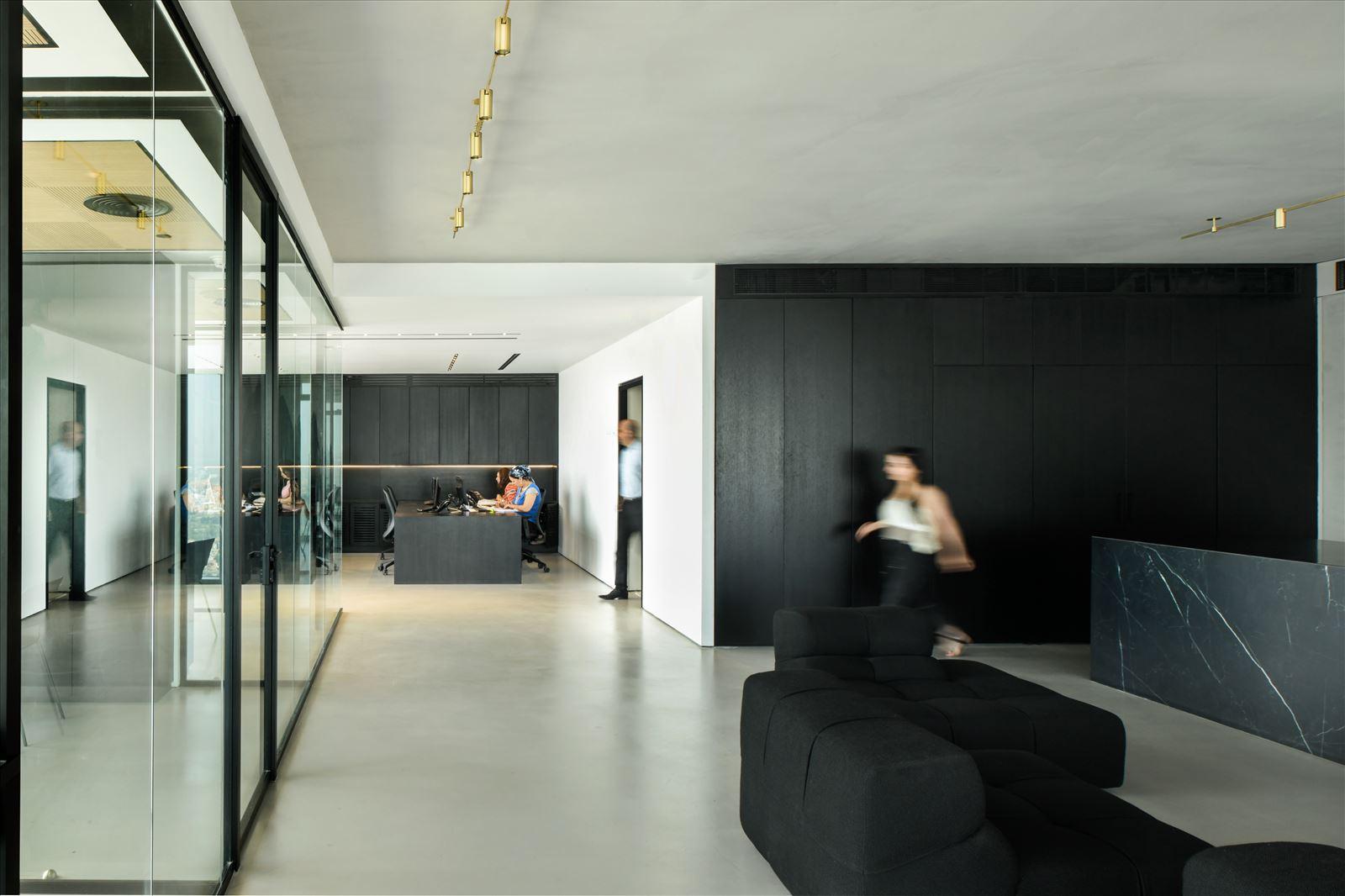 Divident office מגוון גופי תאורה לאורך מסדרונות המשרד בתכנון קמחי תאורה