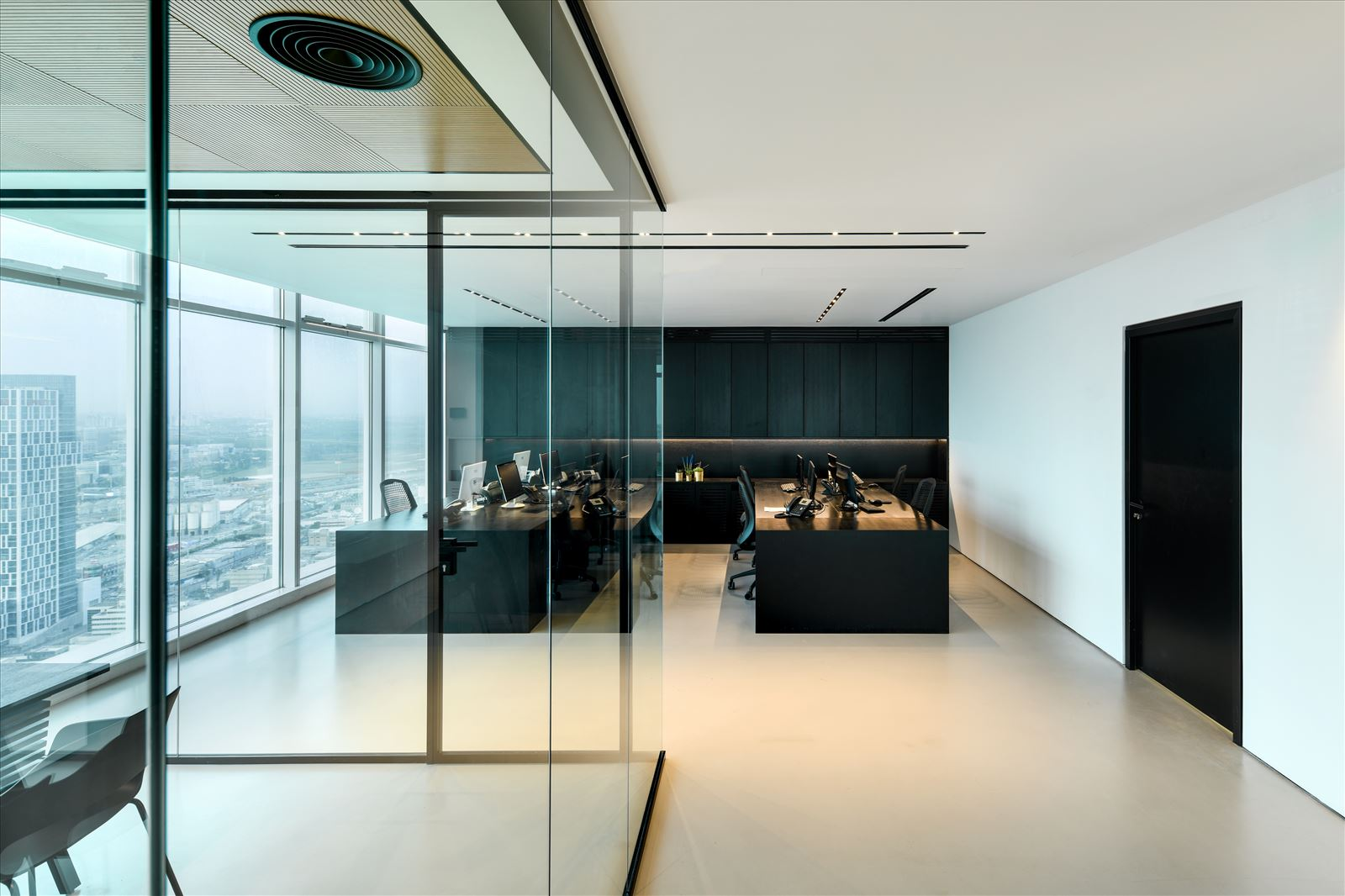 Divident office שטח המשרד מואר במגוון גופי תאורה בתכנון קמחי תאורה