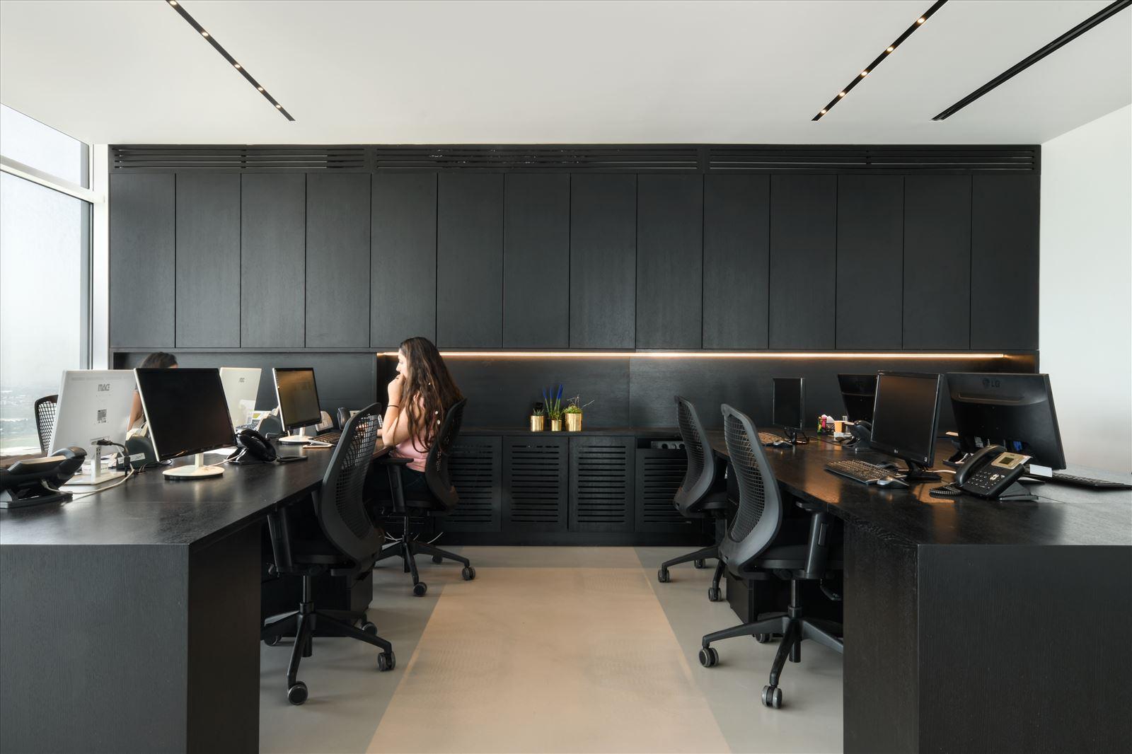 Divident office גוף תאורה בתוך ארונות המשרד נעשה על ידי קמחי תאורה