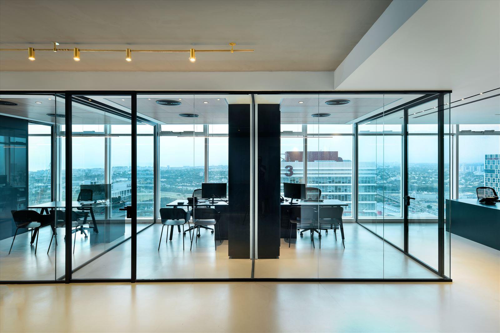 Divident office גוף תאורה המקרין על מסדרון המשרד נעשה על ידי קמחי תאורה