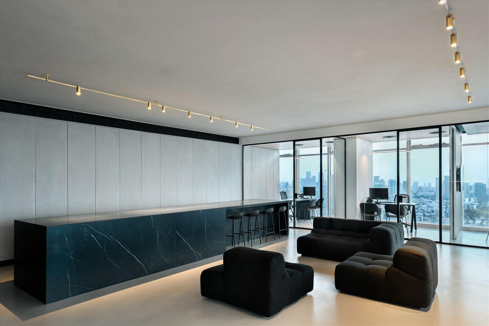 Divident office גופי תאורה מאירים את פינת הישיבה בתכנון קמחי תאורה