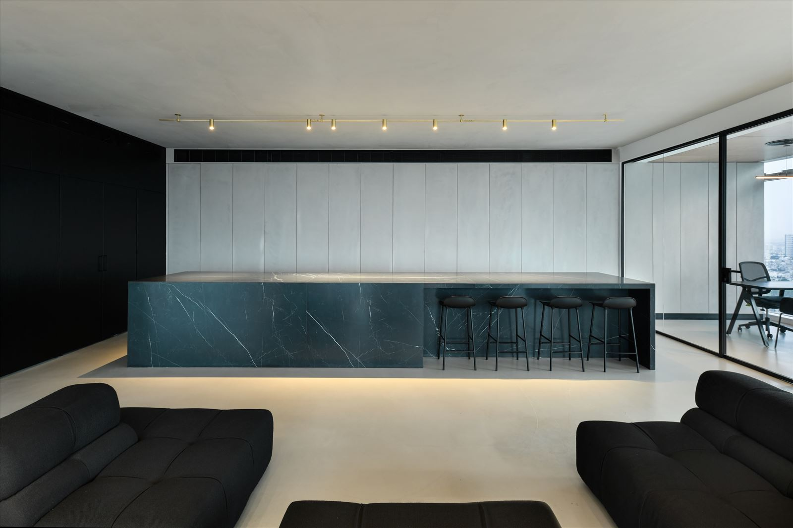 Divident office גוף תאורה ארוך מעל כל הבר בעיצובו של קמחי תאורה