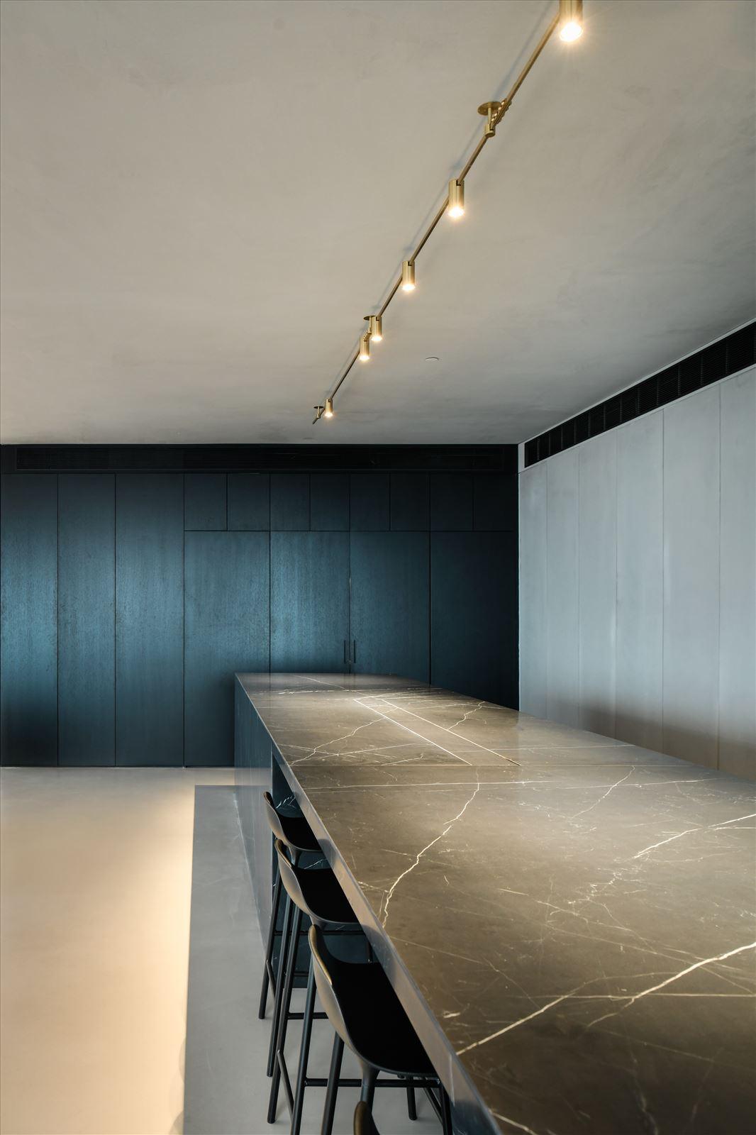 Divident office עיצוב מיוחד מעל מזנון המשרד נעשה על ידי קמחי תאורה
