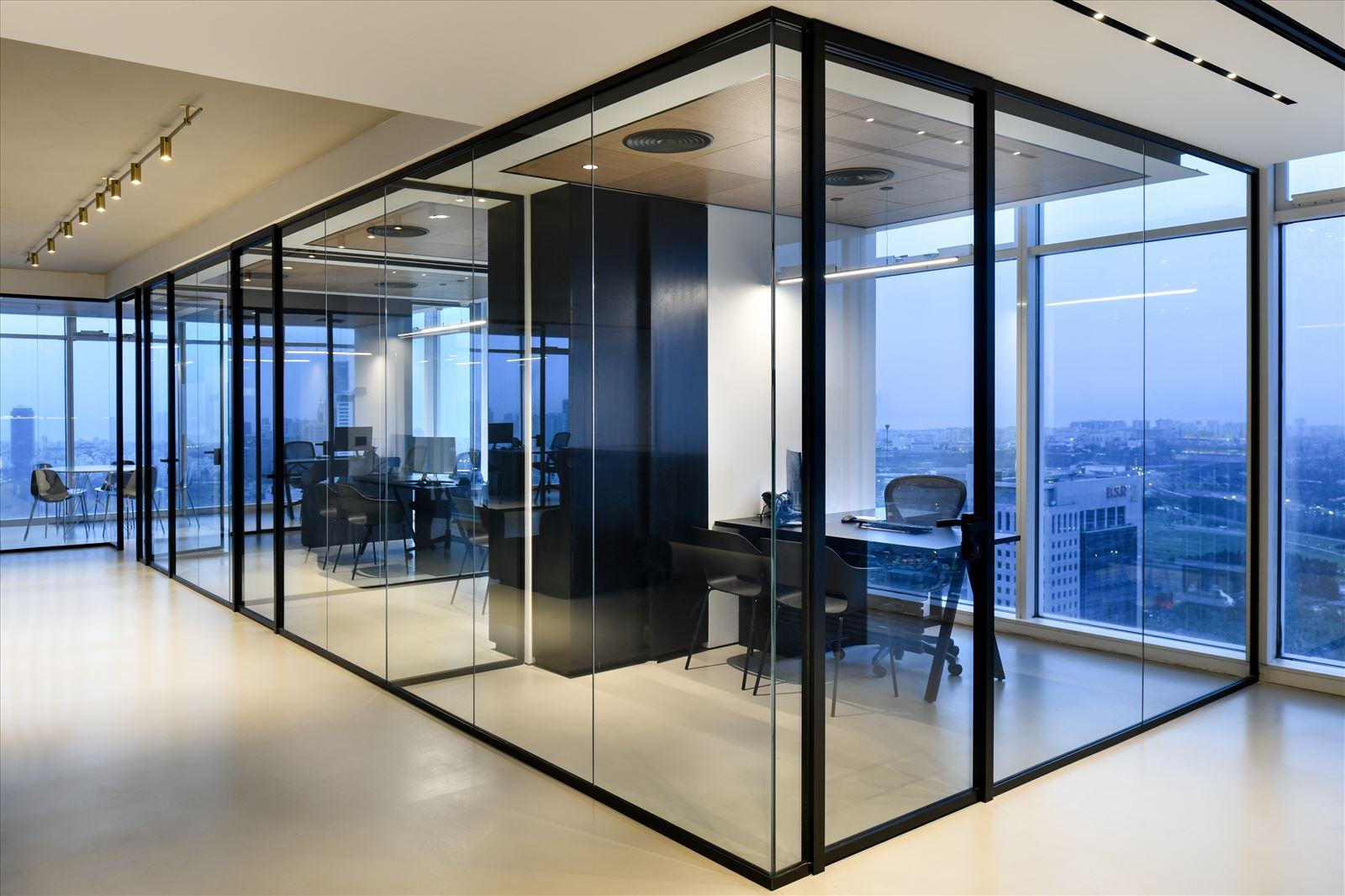 Divident office מסדרונות מעוצבים בגופי תאורה על ידי קמחי תאורה