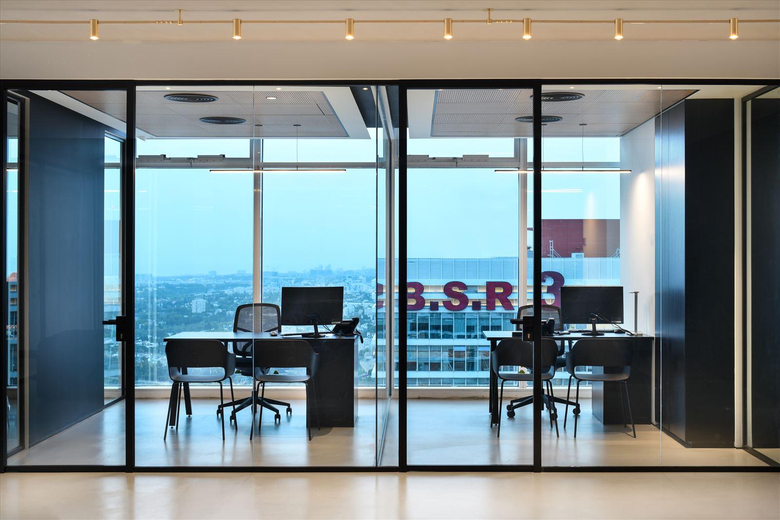Divident office מסדרון המשרד מואר בגוף תאורה בעיצובו של קמחי תאורה