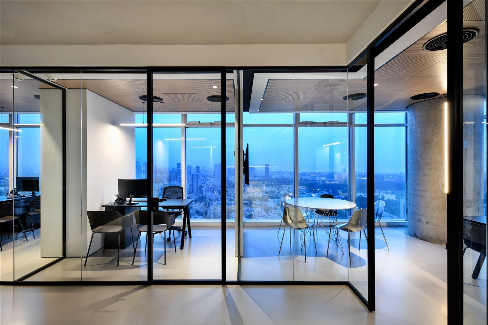 Divident office חדרי המשרדים מוארים בגופי תאורה בעיצובו של קמחי תאורה