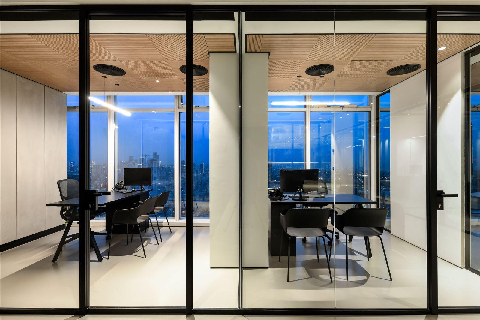 Divident office עיצוב גופי תאורה מעל שולחן המשרד נעשה על ידי קמחי תאורה