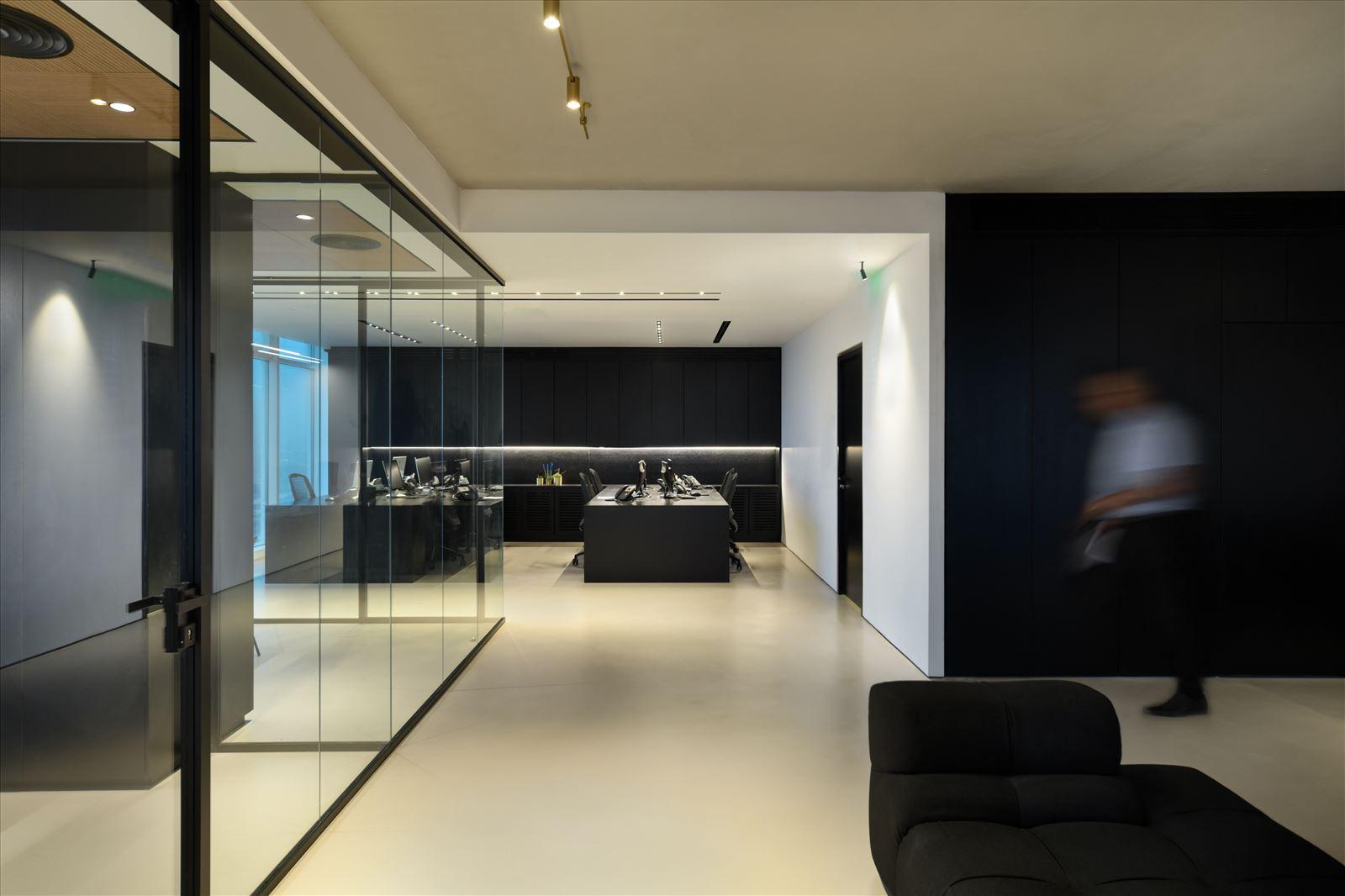 Divident office מרחב המשרד מואר בגופי תאורה בתכנון קמחי תאורה