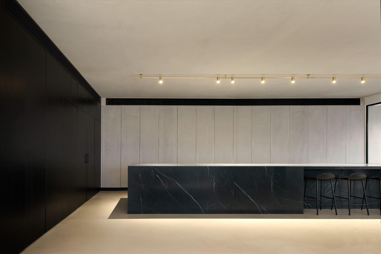 Divident office גוף תאורה מעל מזנון המשרד בעיצובו של קמחי תאורה
