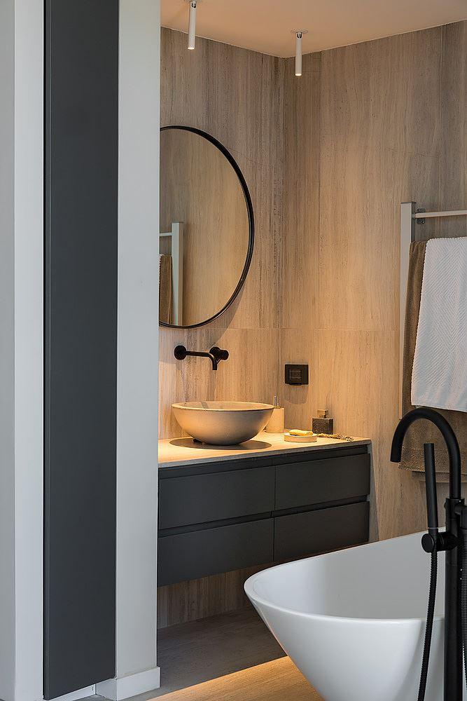 Florentine Project כיורי בחדר האמבטיה מואר בגופי תאורה מעוצבים בתכנון קמחי דורי