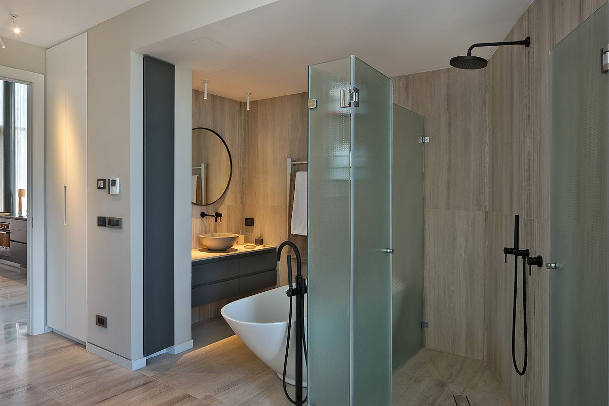 Florentine Project עיצוב מיוחד של גופי תאורה מעל כיור בחדר האמבטיה בתכנון קמחי דורי