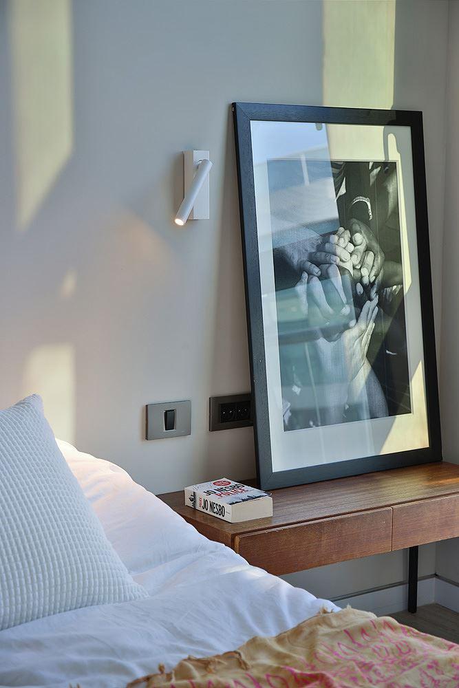 Florentine Project גוף תאורה מאיר על שידה בחדר השינה נעשה על ידי קמחי דורי
