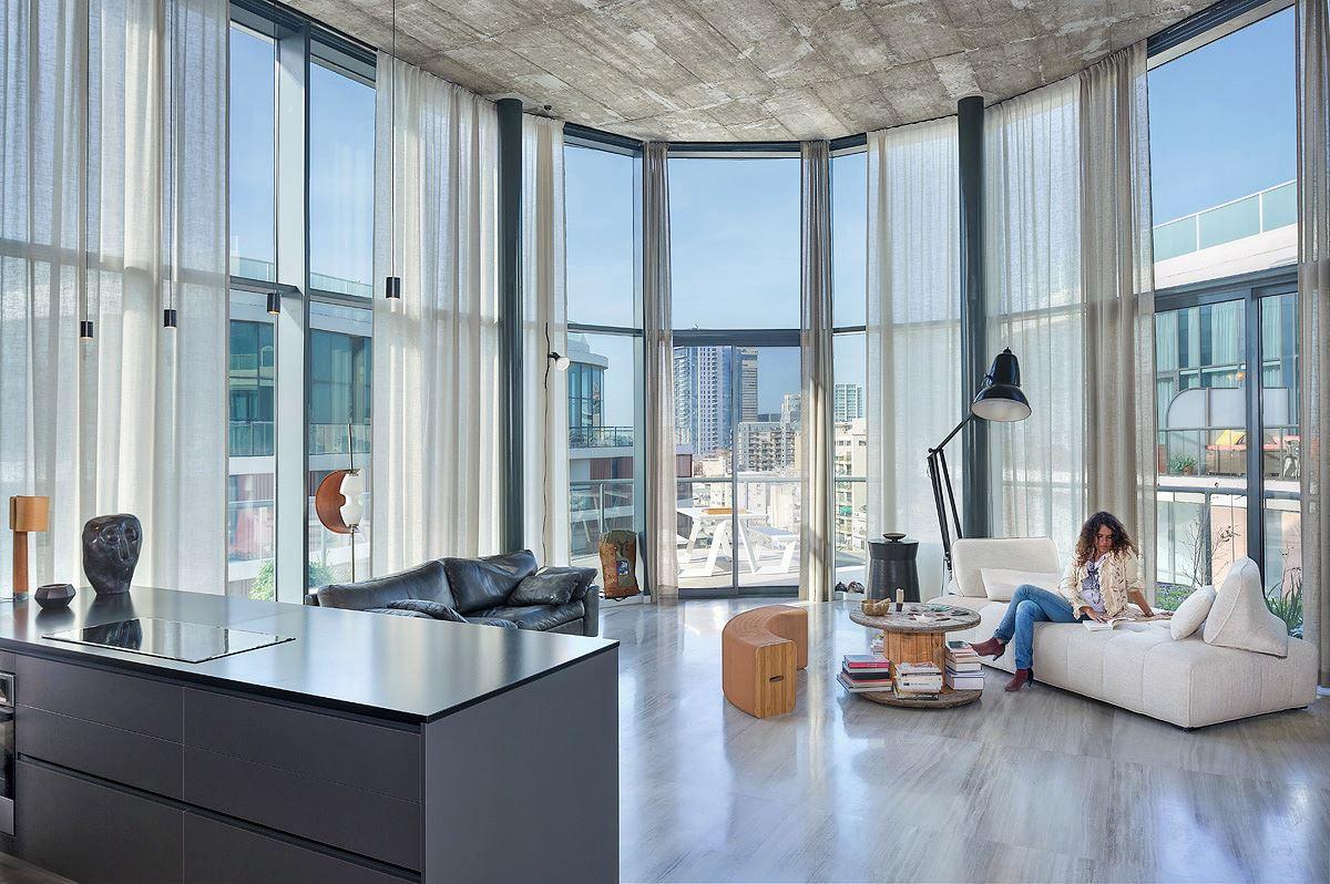 Florentine Project שלל גופי תאורה בסלון הדירה בעיצובו של קמחי דורי