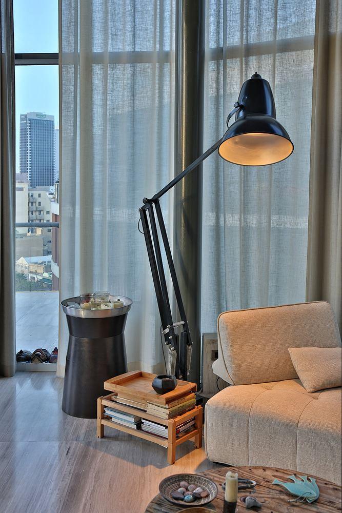 Florentine Project גוף תאורה מיוחד בסלון הדירה נעשה על ידי קמחי דורי