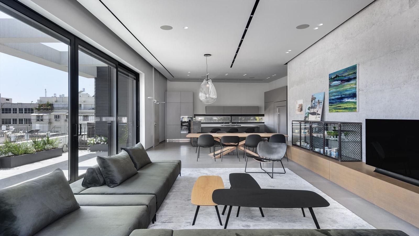 CENTRAL TLV LOFT לאורך כל מרחב הסלון גופי תאורה של קמחי תאורה