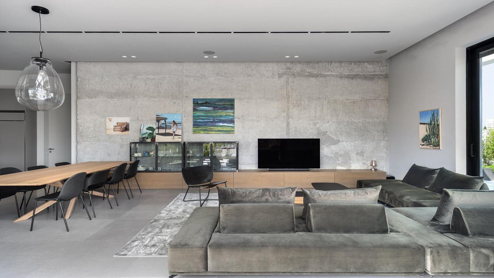 CENTRAL TLV LOFT תכנון פינת הסלון בגופי תאורה מיוחדים על ידי קמחי תאורה