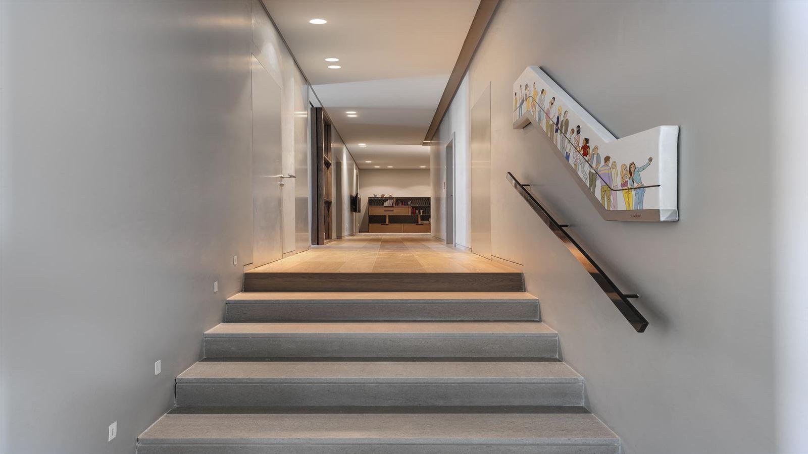 CENTRAL TLV LOFT מסדרון הבית בגופי תאורה מיוחדים על ידי קמחי תאורה