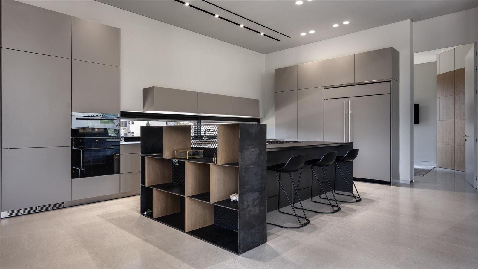 CENTRAL TLV LOFT גופי תאורה מאירים את שטח המטבח בעיצוב קמחי תאורה