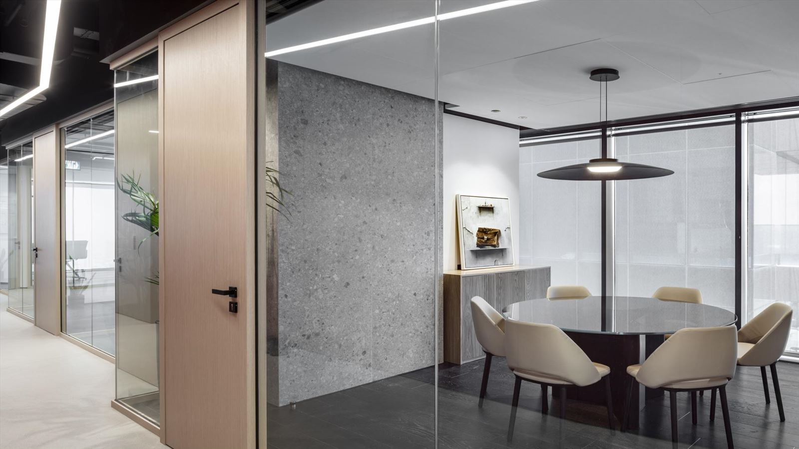 Fortissimo Offices – Tel Aviv חדר ישיבה קטן בגוף תאורה בעיצובו של דורי קמחי