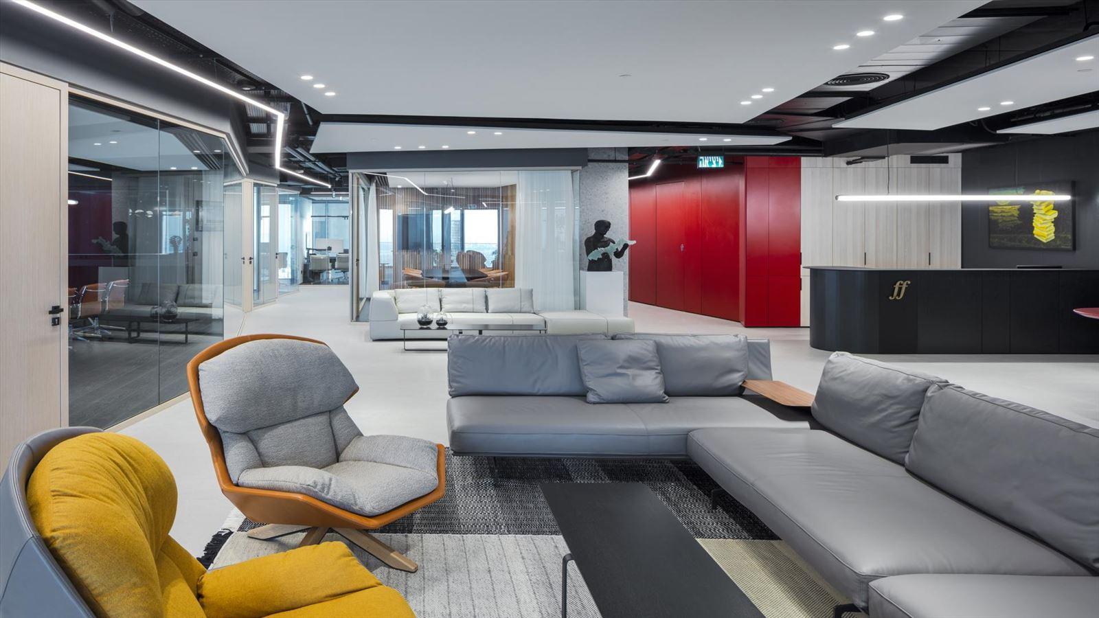 Fortissimo Offices – Tel Aviv פינת הישיבה במשרד מואר בגופי תאורה של דורי קמחי