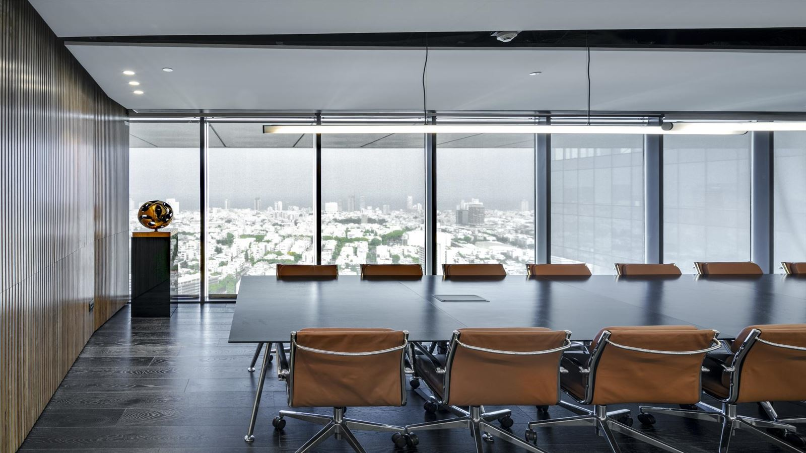 Fortissimo Offices – Tel Aviv גופי תאורה מאירים את חדר הישיבות בתכנון דורי קמחי