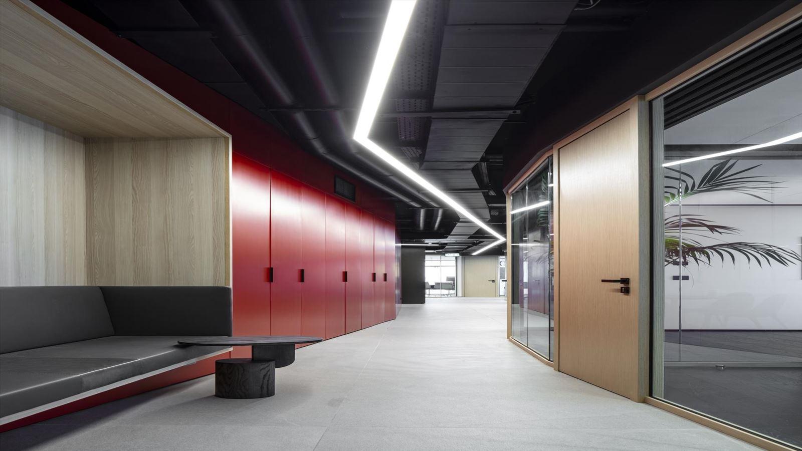 Fortissimo Offices – Tel Aviv אורך מסדרון המשרד בגוף תאורה בעיצוב דורי קמחי