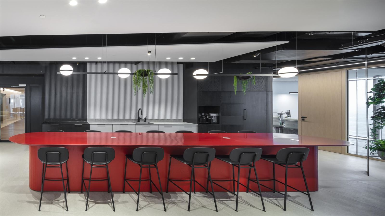 Fortissimo Offices – Tel Aviv מטבח המשרד מואר בגופי תאורה מיוחדים בתכנון דורי קמחי