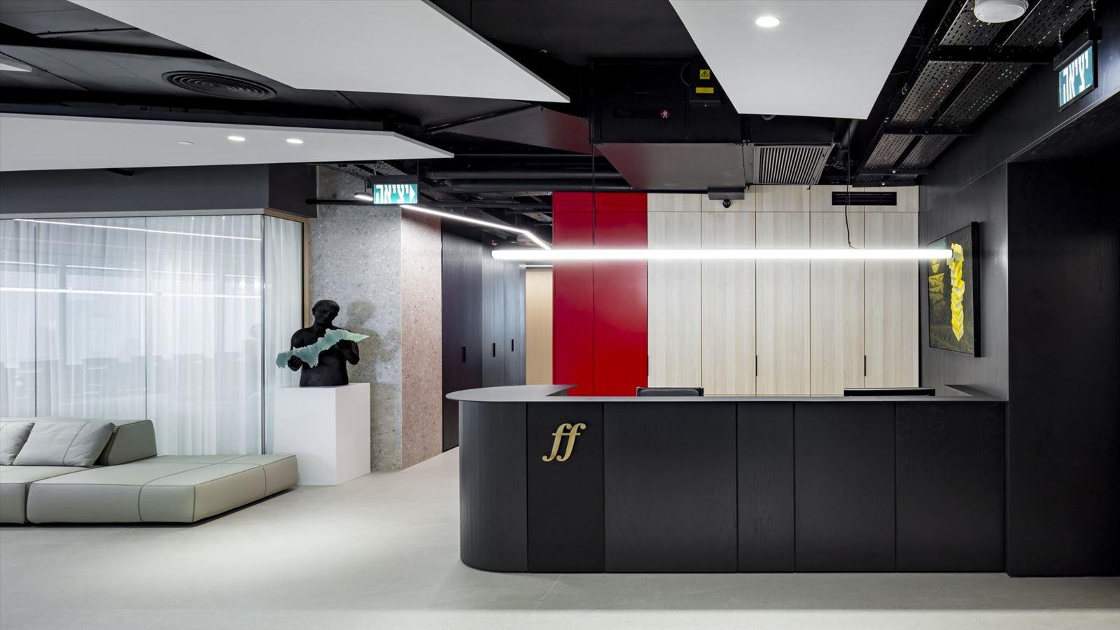 Fortissimo Offices – Tel Aviv דלפק הקבלה מואר בגוף תאורה הנעשה על ידי דורי מקחי