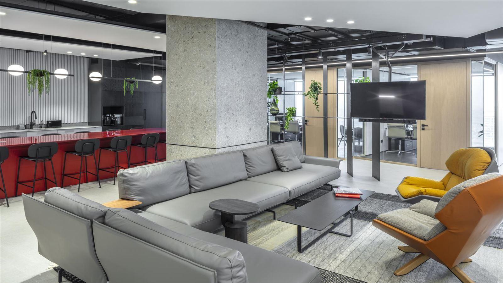 Fortissimo Offices – Tel Aviv פינת הישיבה עם עיצוב מיוחד של גופי תאורה בתכנון דורי קמחי