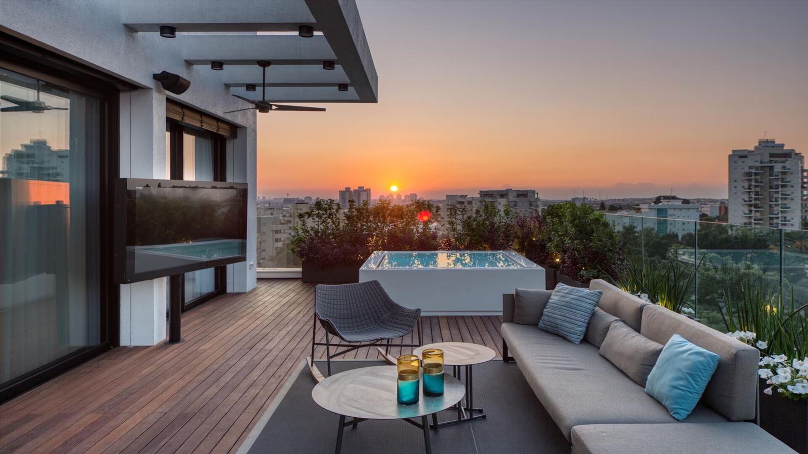Penthouse Carmelit - תאורה מעוצבת במרפסת על ידי דורי קמחי