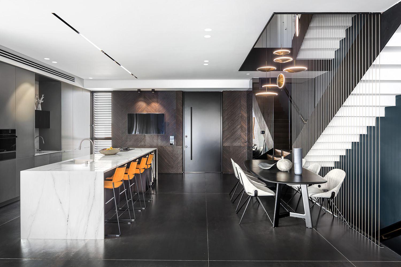 Private house in the center תאורת מטבח בבית פרטי על ידי קמחי תאורה