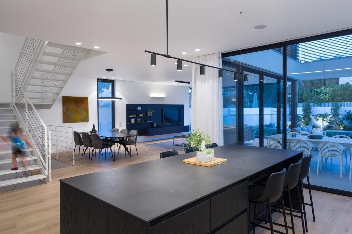 גופי תאורה תלויים מעוצבים בבית פרטי