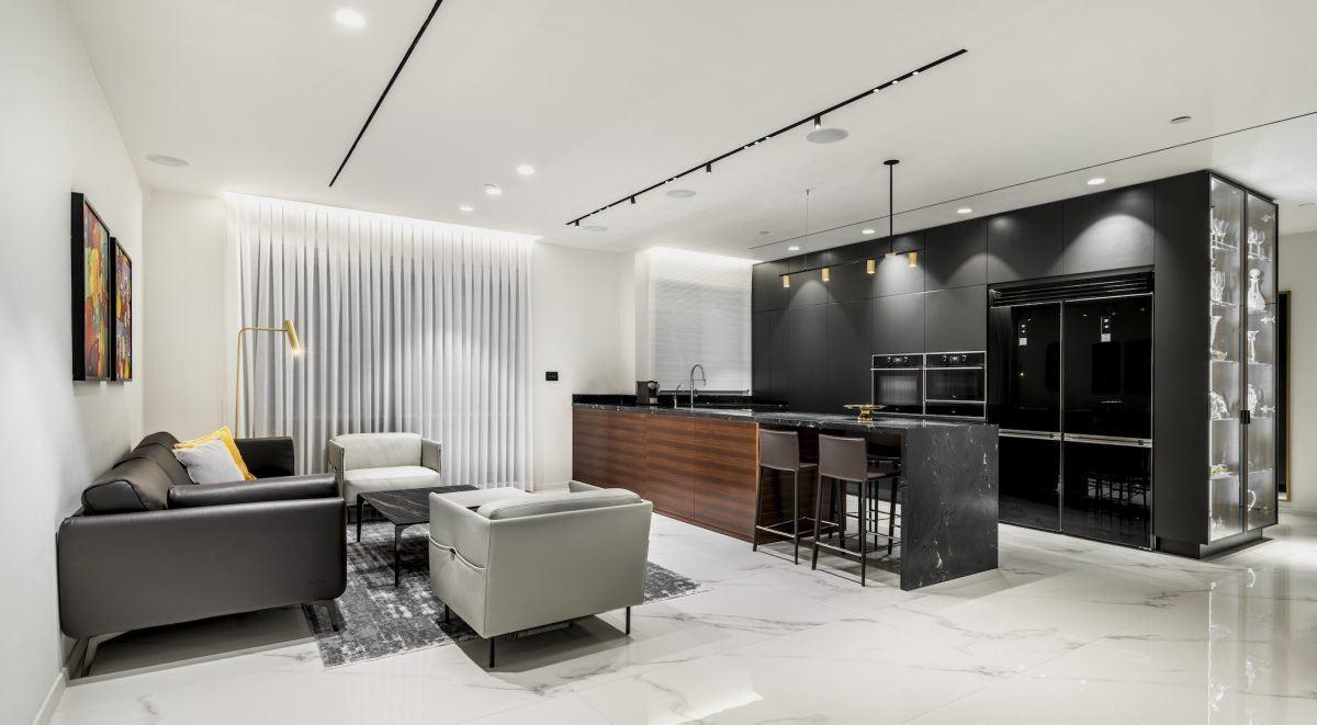 תמונה של גופי תאורה צמודי תקרה בסלון הבית