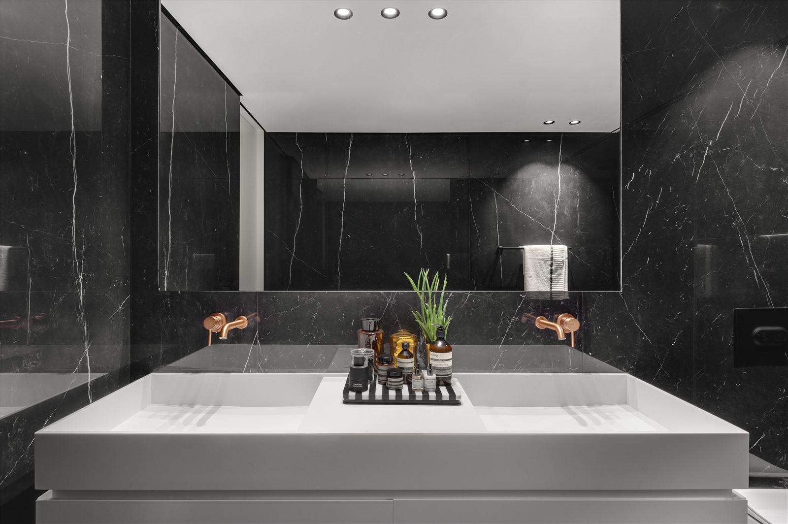 תאורה מעל הכיור באמבטיה - פרויקט Duplex lighting על ידי קמחי תאורה