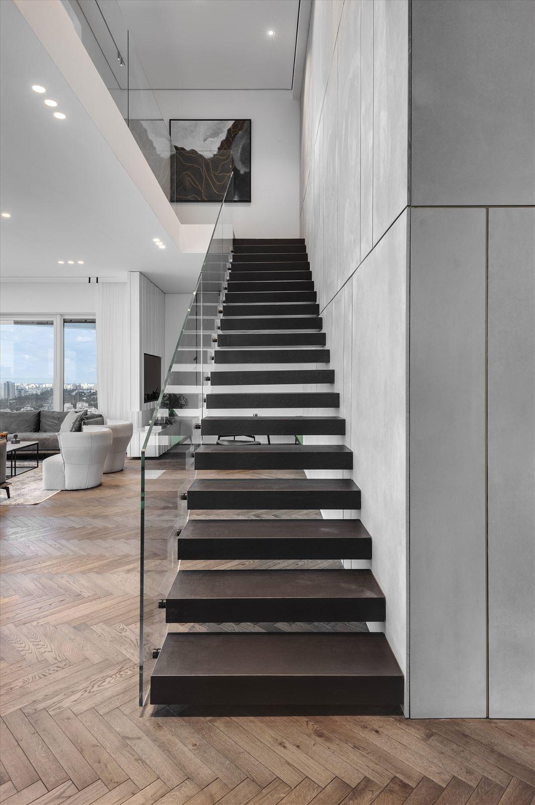 תאורה באזור המדרגות - פרויקט תאורה בדופלקס על ידי קמחי תאורה