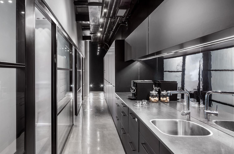 Adi Naor's offices תאורה במטבח המשרד על ידי דורי קמחי