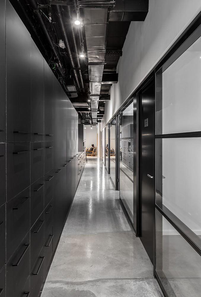 Adi Naor's offices תאורה במסדרון המשרד על ידי קמחי תאורה