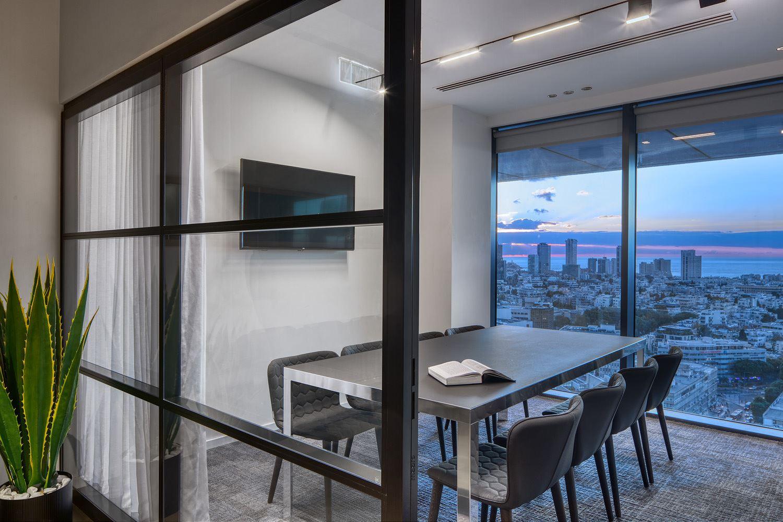 Adi Naor's offices גופי התאורה בתקרה על ידי דורי קמחי