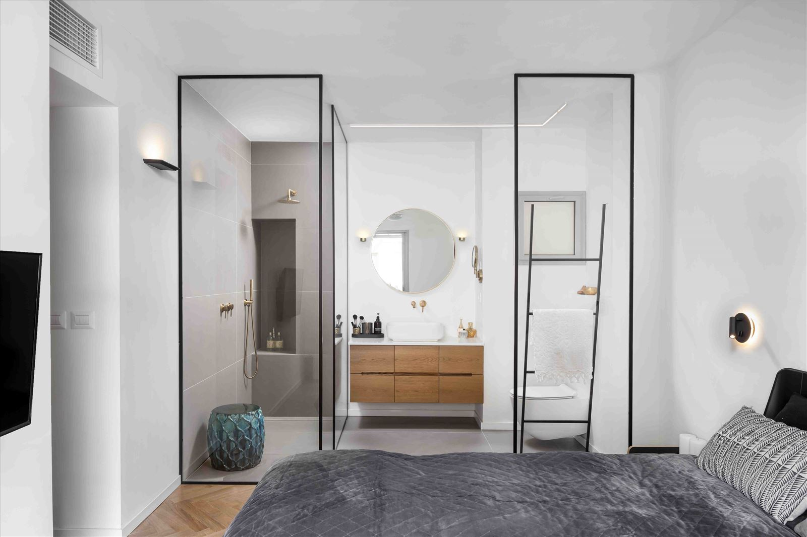Apartment in North Tel Aviv התאורה בחדר נעשתה על ידי דורי קמחי