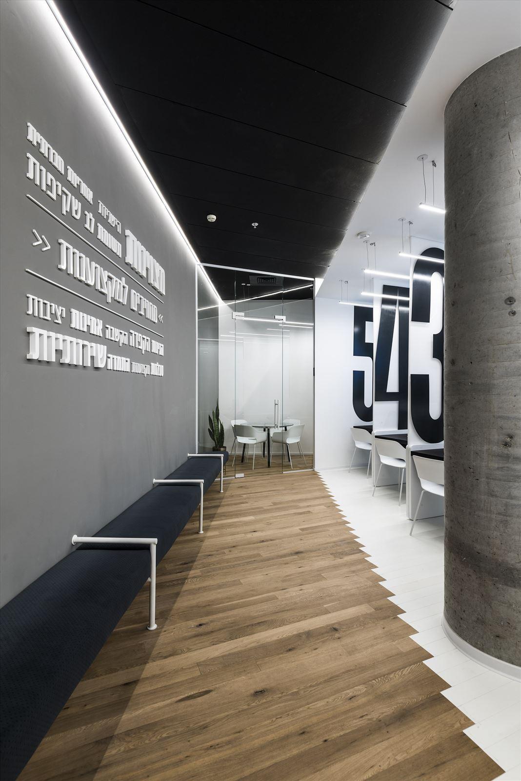 Office lighting project תאורת המסדרון במשרד נעשתה על ידי קמחי תאורה