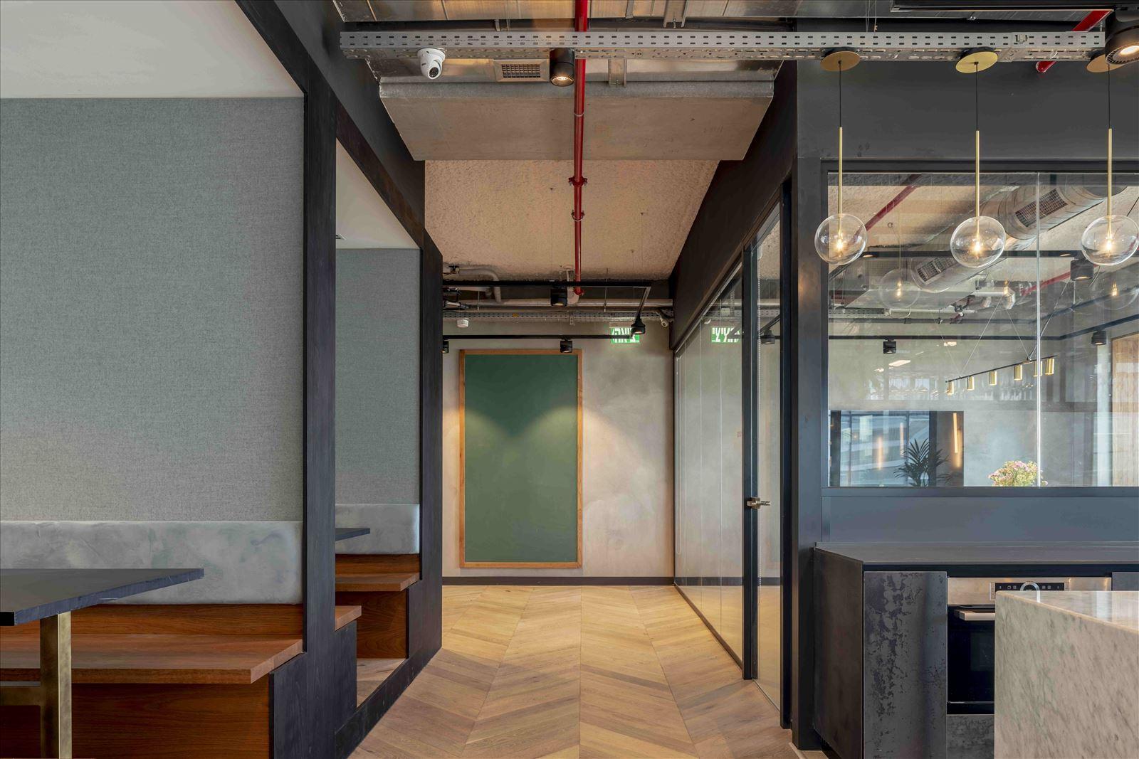 Office project גופי תאורה בתקרה מבית דורי קמחי