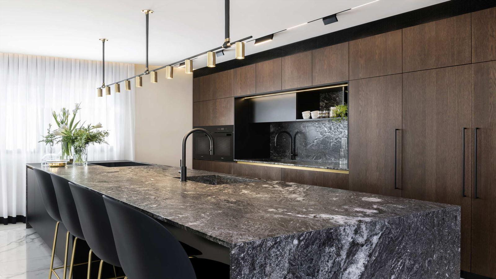 HOUSE Between The Mountains התאורה במטבח על ידי קמחי תאורה