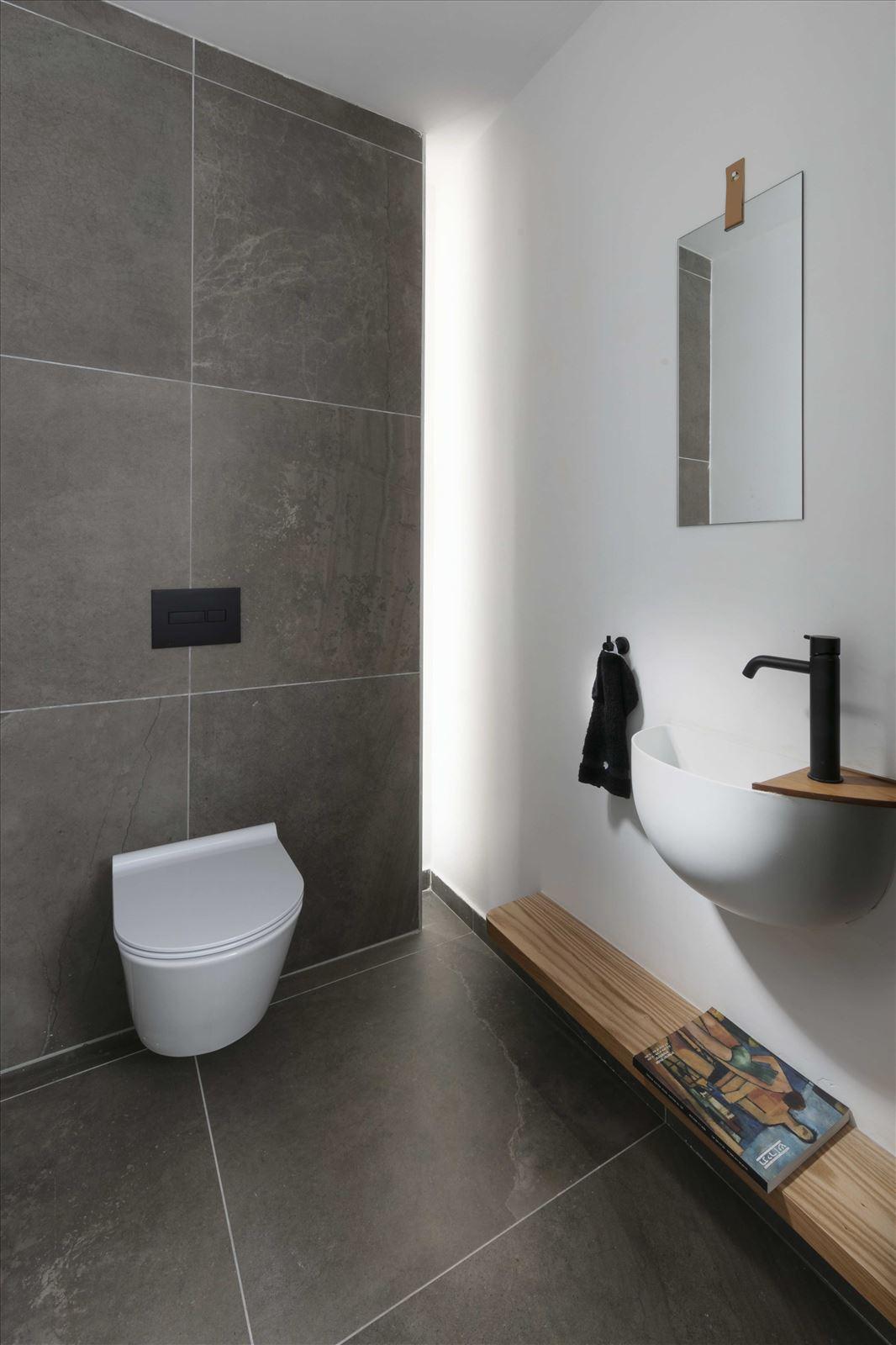 Private home - Herzliya תאורה בשירותים על ידי קמחי תאורה