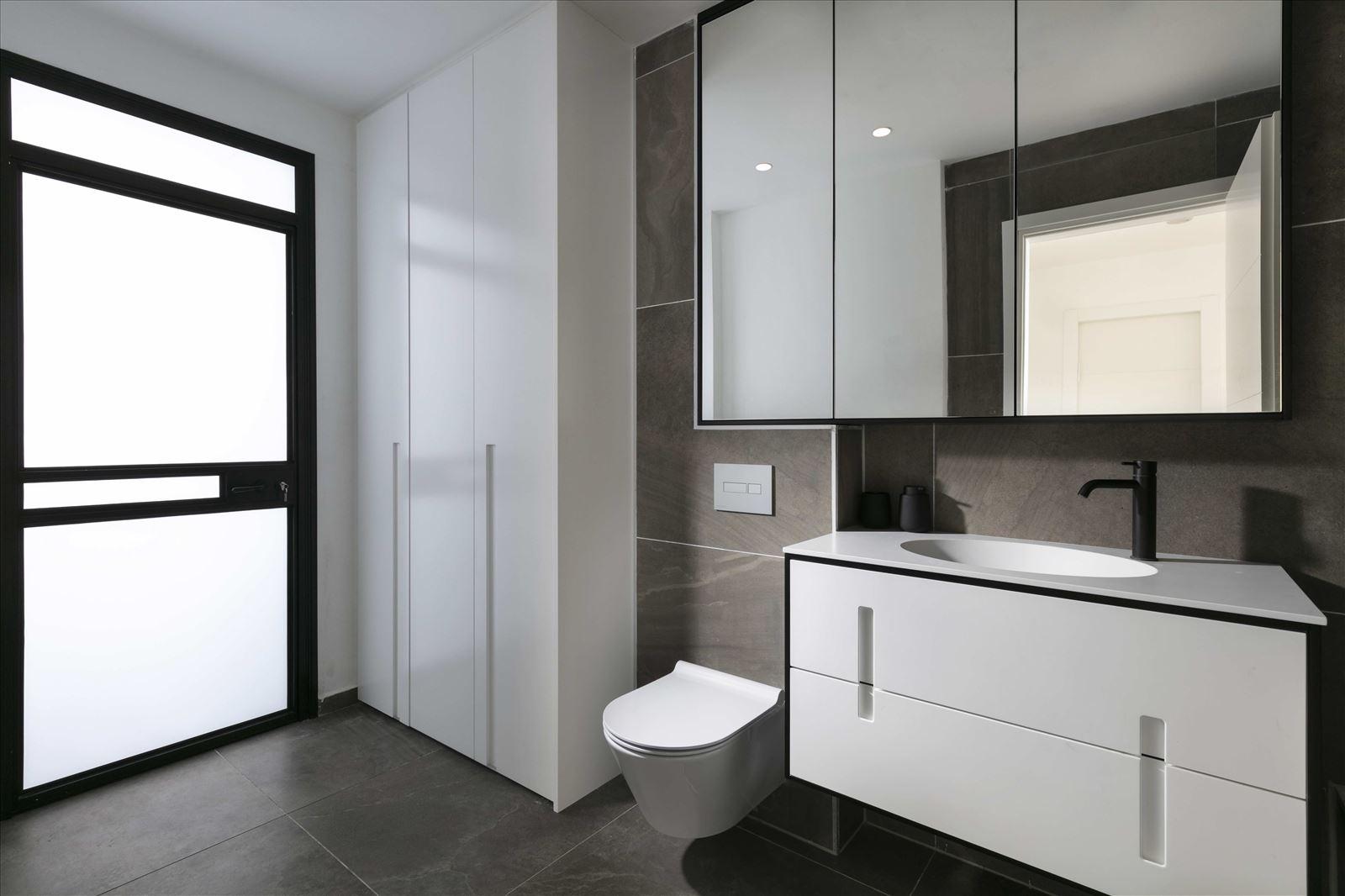 Private home - Herzliya תאורה בשירותים נעשתה על ידי דורי קמחי