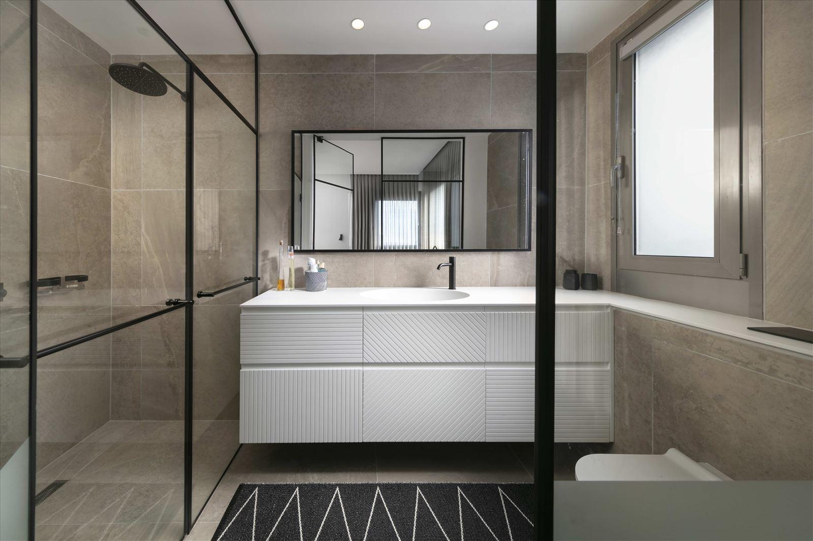 Private home - Herzliya תאורה בחדר האמבטיה נעשתה על ידי קמחי תאורה